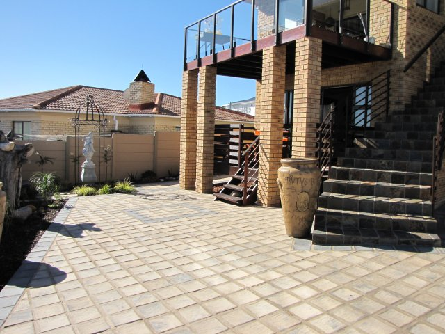 Holiday Rentals & Accommodation To Rent - Rental Ref LBO - 34967 - Self Catering in Reebok, Garden Route, South Africa